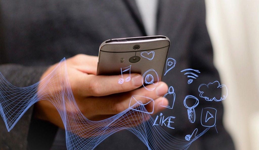 HTC telefon u ruci - digitalni svet na dlanu