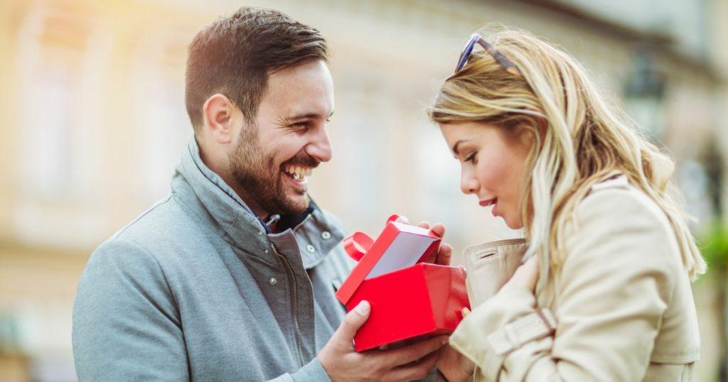 Kako odabrati poklon za 8. mart - Vodič za muškarce