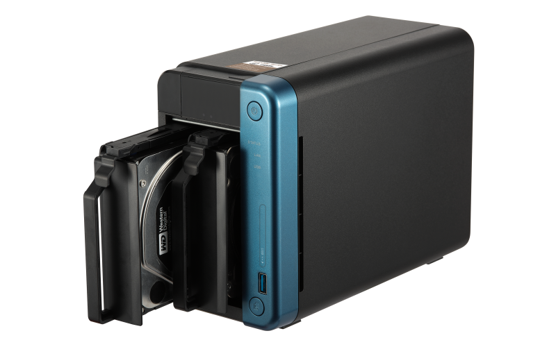 QNAP TS-253Be NAS uređaj - bošna strana i ležišta za hard diskove