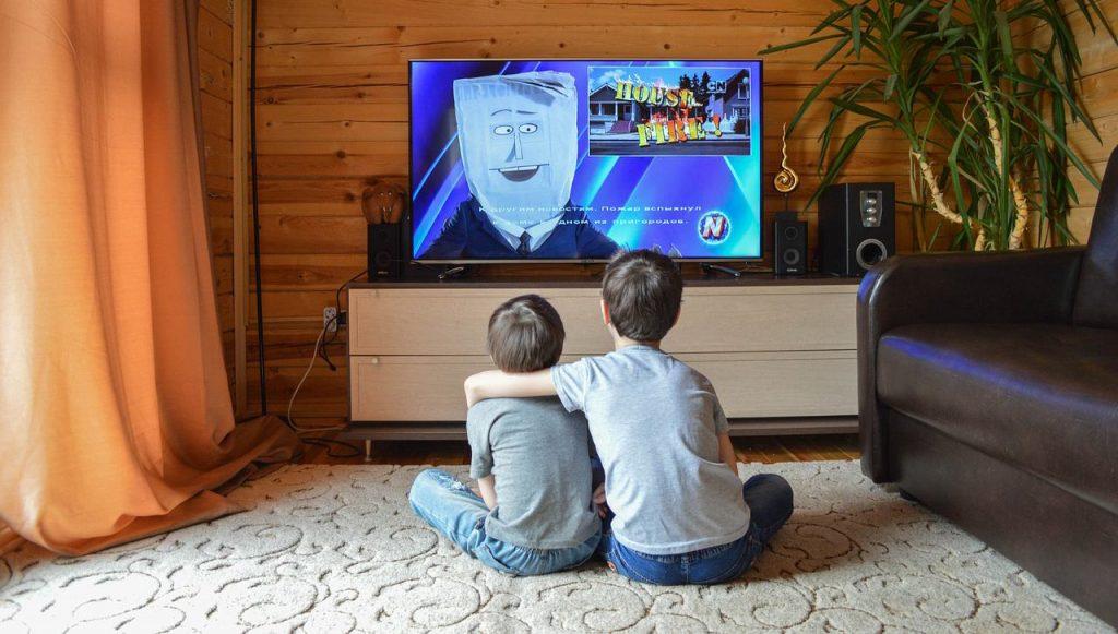 Deca gledaju crtani film na televizoru