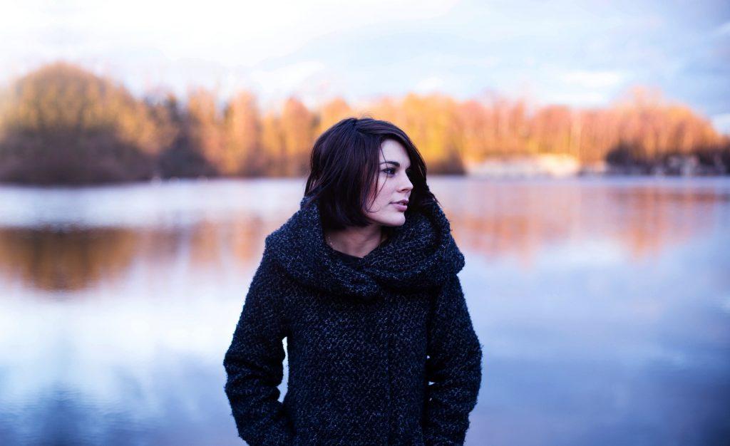 Devojka na jezeru - sa pozadinom