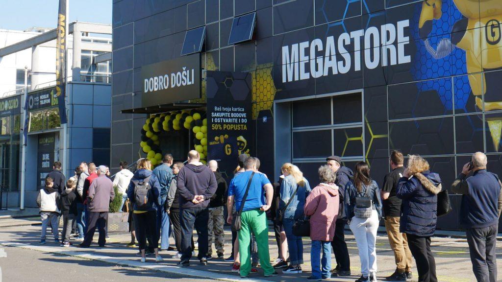 Gigatron Black November akcija - Red ispred prodavnice na Novom Beogradu